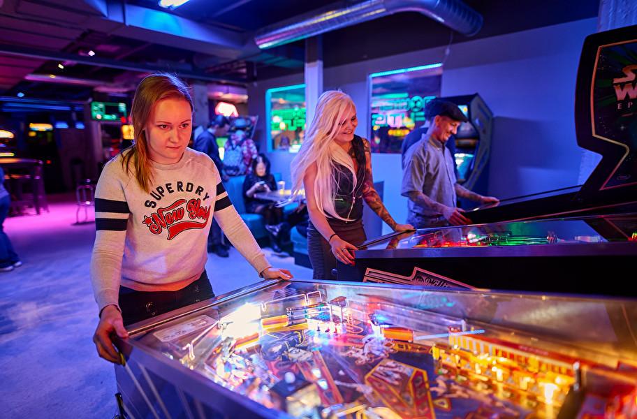 Henkilö pelaamassa arcadepelejä